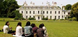 Leerlingen p;auzeren in het park van de taalschool tijdens een TTO Taalreis naar Eastbourne